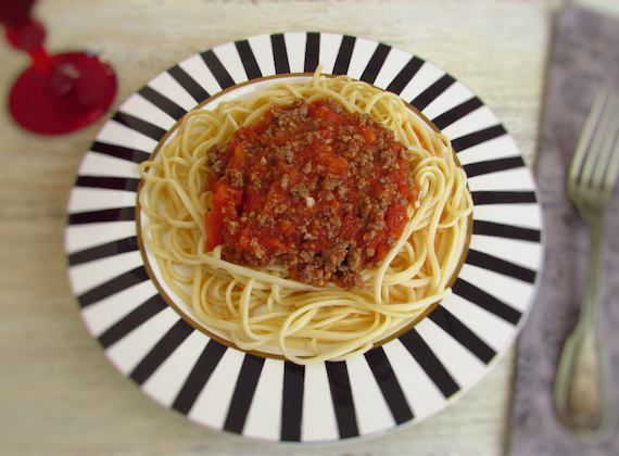Spaghetti Bolognese | Food From Portugal. If you like pasta dishes you have to try this delicious recipe that mix the spaghetti and the minced meat! A tasty, quick and easy recipe!  http://www.foodfromportugal.com/recipe/spaghetti-bolognese/