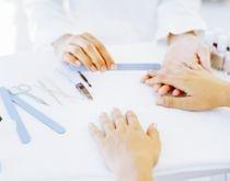La prothésiste ongulaire est spécialisée en pose de prothèses ongulaires. Elle pose et décore les faux ongles avec des vernis, des motifs, des bijoux...    La prothésiste ongulaire est donc une experte et révèle la beauté des mains de ses clientes. A cette technicité (qui suppose bien sûr une formation pratique) il faut ajouter la fonction de conseil également essentielle puisqu'il faut savoir proposer aux clientes les produits les mieux adaptés.
