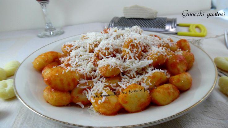 Gnocchi gustosi Primo piatto molto semplice e veloce da fare,molto buono, condito con semplice sugo di pomodoro e basilico e con ricotta salata.