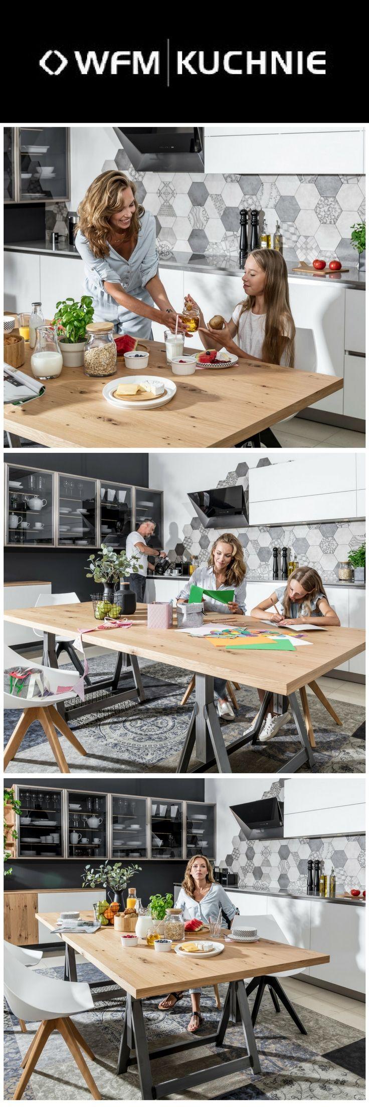 Kuchnia marki WFM KUCHNIE. Program CALMA biały. Duży stół to nie tylko miejsce do wspólnego spożywania posiłków ale także miejsce do codziennych spotkań domowników. Stół drewniany nawiązujący do trendu natura. Stół może służyć również do pracy.