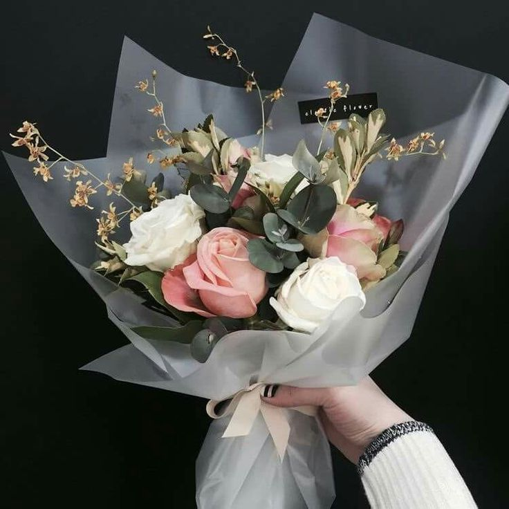 Resultado De Imagem Para Bouquet Wrapped In Plastic How To Wrap Flowers Flower Arrangements Rose Arrangements