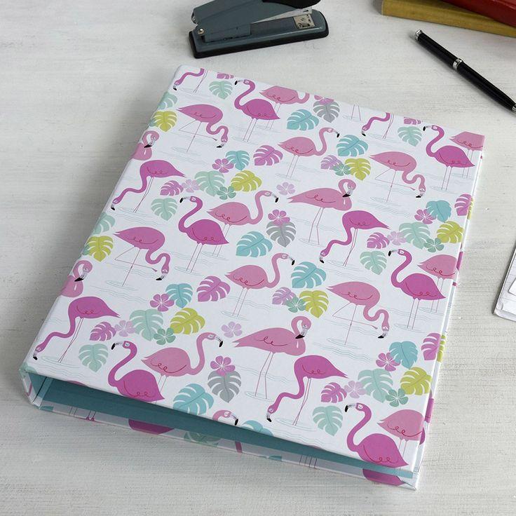 """Sortieren und ablegen - nur in superlässig. Der Ordner """"Flamingo Bay"""" bewahrt wichtige Unterlagen, Arbeitsblätter für die Schule und Co. stets ordentlich und im besten Sommer-Look für uns auf. Ab in die Tasche mit dem Sammelordner und sich von den rosa Flamingos mit der guten Laune anstecken lassen."""