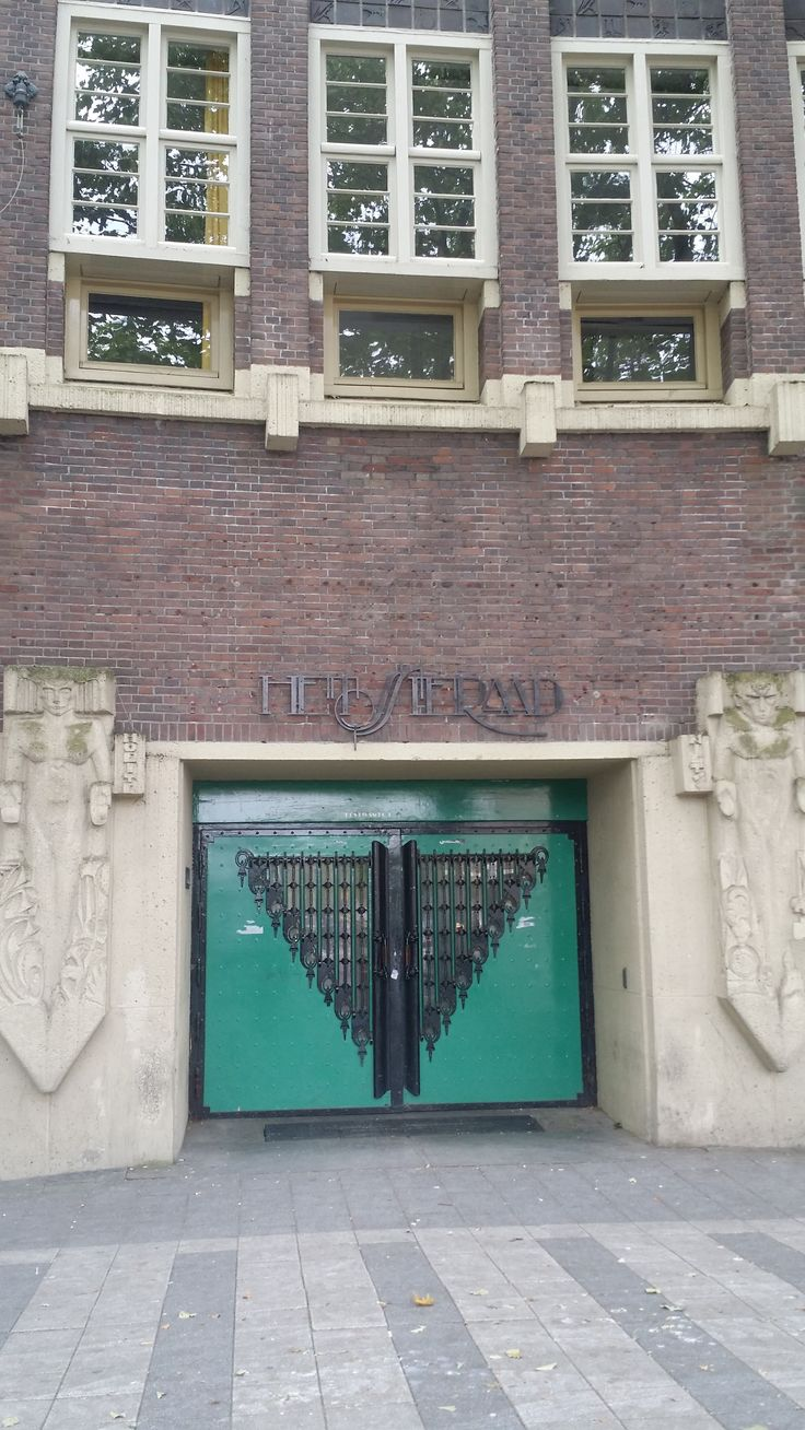 Het Sieraad, Gebouw aan de Postjesweg Amsterdam. Stijl Amsterdamse school. Beelden Hildo Krop. Om de hoek zit je heerlijk op het terras aan het water. (Irka)