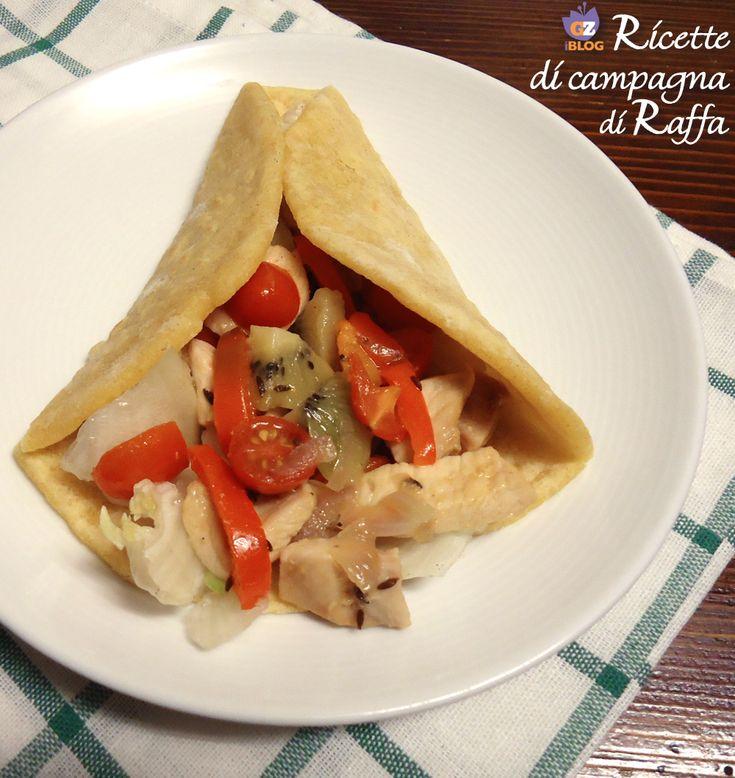 I tacos di pollo con kiwi sono un'interpretazione ben riuscita del piatto tipico messicano. Il kiwi si integra perfettamente con tutti i sapori. Ottimo!