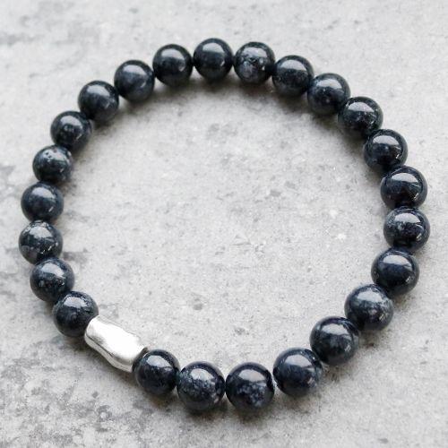 Maak stoere winterse sieraden voor mannen met onder andere natuursteen kralen, DQ metaal en leer.