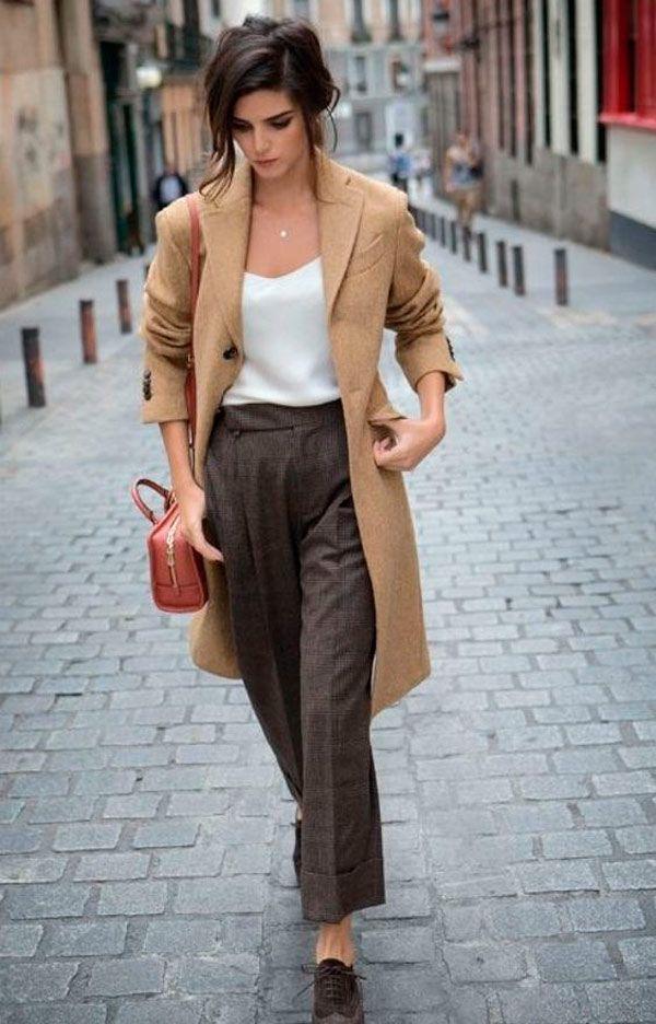 Calça de alfaiataria, blusa e casaco camelo é clássico e não dá pra errar.