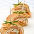 Esta botana de crepas con salmón ahumado sabe delicioso con los toques de queso crema, cebollin y limón. Se ve muy lucidora y es sencilla de preparar.