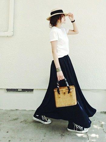 コンパクトな白Tに、エアリーなマキシスカートを合わせた「シンプル&リラックス」コーデ。そこにカンカン帽とかごバッグをプラスすればいっきにナチュラルな夏のお出かけスタイルに。ストロー(麦わら)素材の小物は、取り入れるだけで夏らしさを演出できる便利アイテムです!
