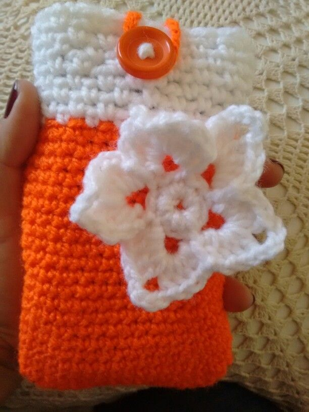 Porta celular, crochet, flor, naranja y blanco.