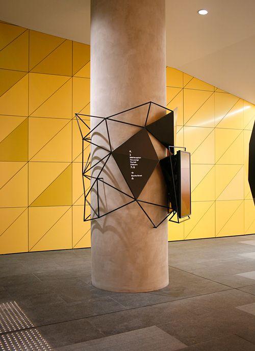 Design by Pidgeon alambre retorcido cartel escultora columna amarillo triangulos