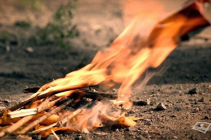 Avec quels objets peut-on démarrer un feu? a) Papier mouchoir, fard à paupières, désinfectantb) Couteau de poche, pierre, facturec) Canette, chocolat, papier