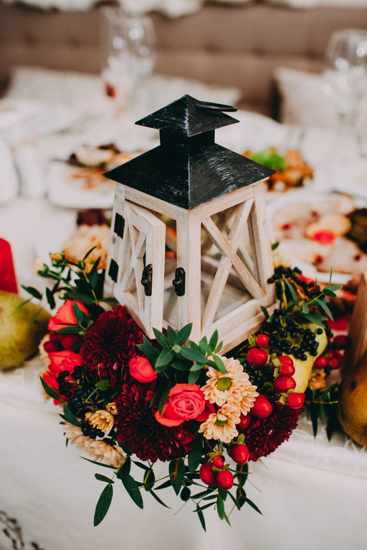 autumn wedding decor, lamp and red flowers