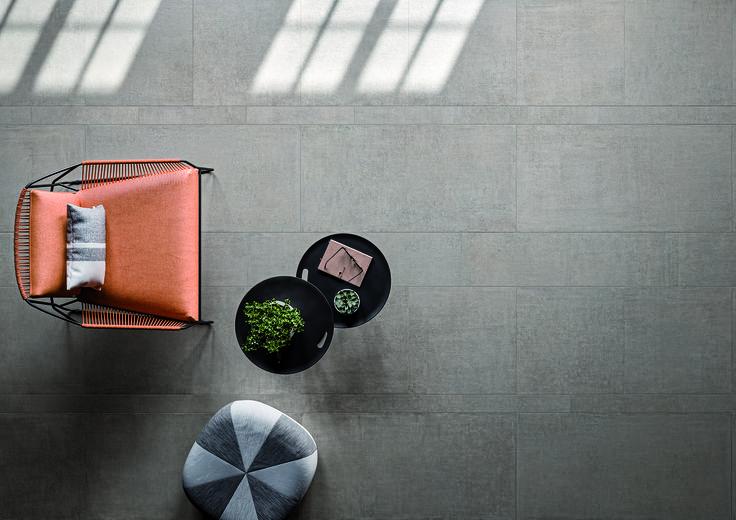 Lin_Side: la ceramica rende omaggio ad una nuova naturalezza, intrisa di forza e personalità. Un tessuto che segue le micro ondulazioni delle trame in lino, mescolato ad una base in cemento che ne ripropone le delicate tonalità. #linside #living #room #relax #design #italy #italian #italia #ceramica #tile #edilgres #interior