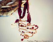 Pendente in filo di rame con decorazione in bianco e rosso di perle e cristalli : Collane di wiredeco