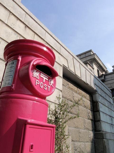 """島根にはポストと一緒に記念撮影する女子がいる!?  松江市のカラコロ工房にある 日本にったったひとつのピンクポスト☆カワイイ!! このピンクポストと記念撮影すると幸せになる!? 密かな縁結びスポットになってるらしい!  実際に投函することもできる""""幸せのピンクポスト"""""""