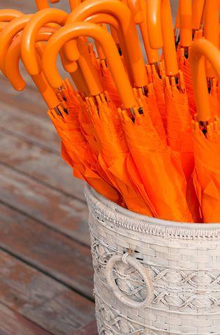 Оранжевые зонтики Торжественная регистрация брака также проходила на пристани. На случай дождя для гостей приготовили яркие зонтики. Cкопировано с сайта: the-wedding.ru