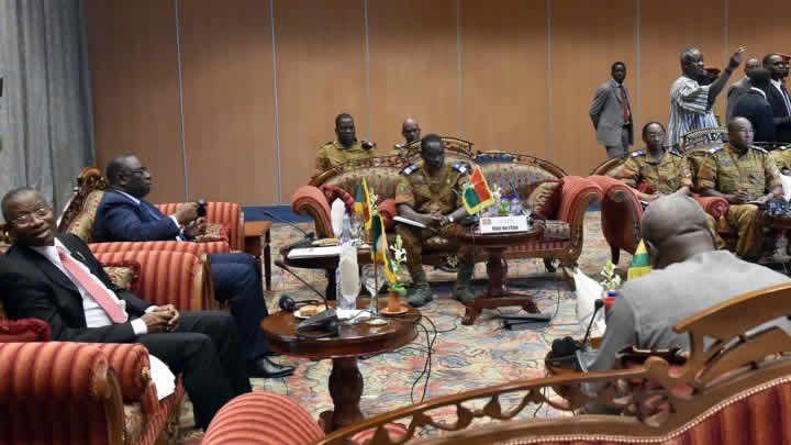 Burkina: Le lieutenant-colonel Zida remet le document du schéma de la transition aux acteurs - 07/11/2014 - http://www.camerpost.com/burkina-le-lieutenant-colonel-zida-remet-le-document-du-schema-de-la-transition-aux-acteurs-07112014/?utm_source=PN&utm_medium=CAMER+POST&utm_campaign=SNAP%2Bfrom%2BCamer+Post