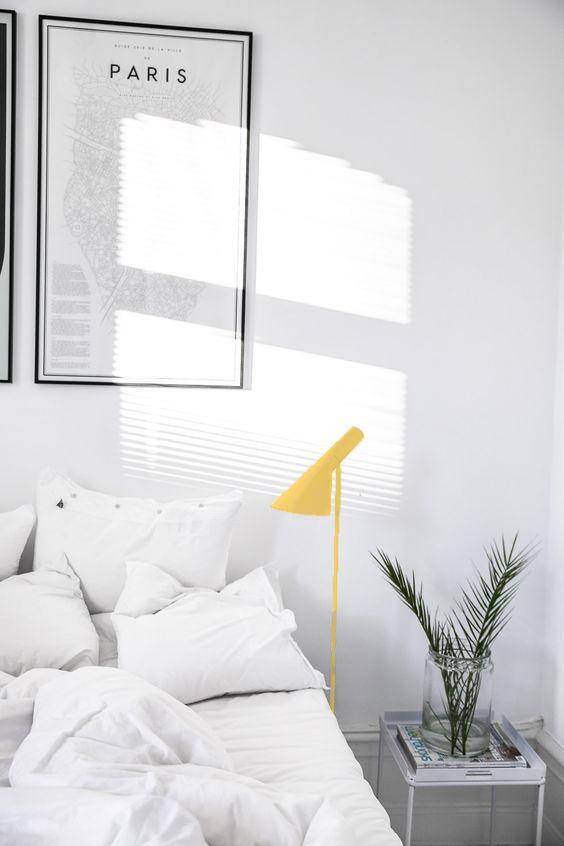 Un pizca de amarillo...¿Por qué no? Lámpara de pie Arne Jacobsen AJ standar en color Amarillo. Lámpara de diseño AJ creada en Copenhague en los años 50. Esta lámpara de pie funciona perfecto para dar luz directa y decorar cualquier rincón de la casa.