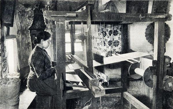 Жінка за ткацьким станком. Полтавщина, фото кінця XIX ст