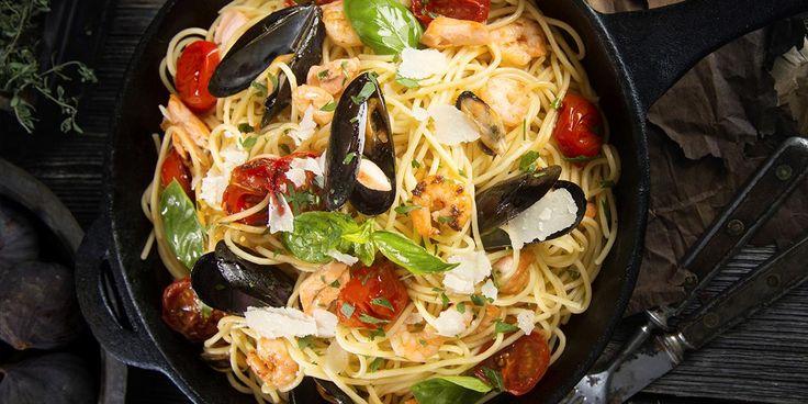 Denne pastaretten med blåskjell og reker kombinerer det beste fra det italienske kjøkken. Oppskrift på pasta med blåskjell og reker og deilig sitronsaus.