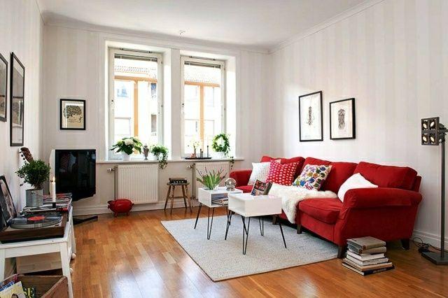 Rotes Sofa und Kissen als Dekoration und Farbakzente
