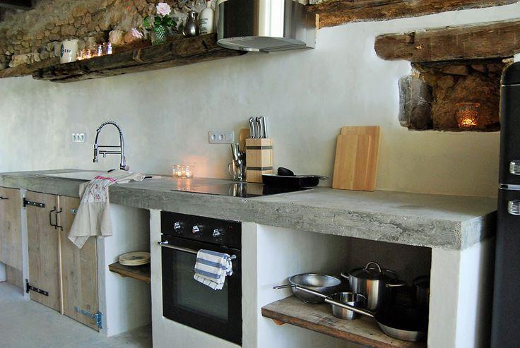 keuken met betonnen blad in appartement van Bassiviere