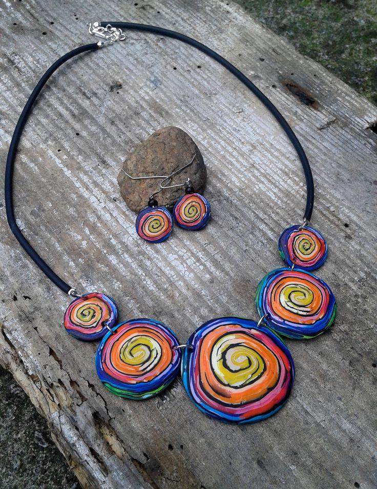 Barevný spirálkový náhrdelník - sada Náhrdelník fimo s gumovou pryží + náušnice, délka 26 cm (2x) + 4 cm prodloužení.