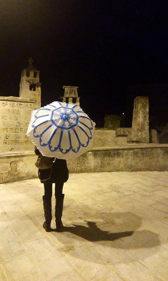 L'inverno è alle porte e, con l'inverno, la cupa e grigia stagione delle piogge. Così, con il nuovo ombrello Myolica, persino sotto l'acquazzone più ostinato e furente, sarà possibile combattere il grigio, protetti da una cupola blu oltremare. Il design del nuovo ombrello, interamente dipinto a mano, si ispira alle [...]