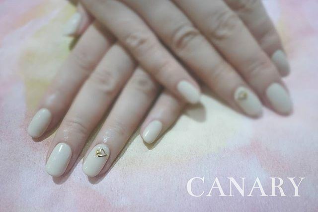 ▲+△+。 on soft & milky beige  優しい~色に三角スタッズが効いてます(・ω<)-☆ *  CANARY Nail & Eyelash ↓Booking and any enquiry↓ Call : +852 25370338 Whatsapp : +852 56312839 LINE : canaryhongkong Facebook : Canary HK * 日本語, English, 廣東話, 中文OK♪︎ * 《We have 1st trial offer for gel nails & lashes!!》 *  #canarycentral #canarynail #canaryeyelash #nailsalonhk #eyelashsalonhk #香港ネイルサロン #まつげパーマ #マツエク #gelnails #manicure #eyelash  #centralhongkong #香港中環 #美甲 #中環gel甲 #香港ネイルサロン #香港アイラッシュサロン #植眼睫毛 #日式植睫毛 #simplenaildesigns