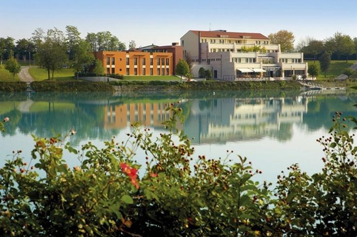 L'esclusivo Hotel e Centro benessere #Thai Si,Royal Thai Spagode di una posizione privilegiata, immerso nella quiete che circonda il #lago Le Bandie in località Lovadina di Spresiano nei pressi di #Treviso. http://www.thai-si.it/