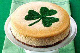 Célébrez la Saint-Patrick avec un riche gâteau au fromage maison. Parfumé au chocolat blanc et à la boisson irlandaise à la crème, ce dessert est décoré d'un trèfle en sucre vert.