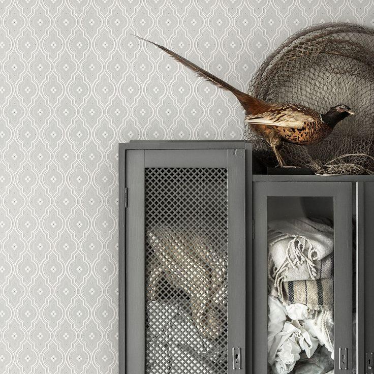 En ny mellan trellis i Sandberg familjen. En klassisk trellis som passar med kakel, bröstpanel och snickerier men även jättefin i moderna hem. Tapeten är döp efter den lilla blomman i mitten. En ljus grå harmonisk färgställning.