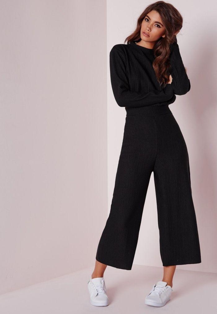 01f1086629597 look casual smart en combinaison fluide noir aux manches longues portée  avec baskets blancs, idée tenue avec combipantalon