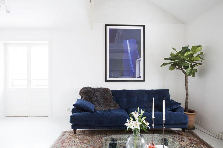 En alldeles fantastisk mörkblå soffa i sammet att drömma om