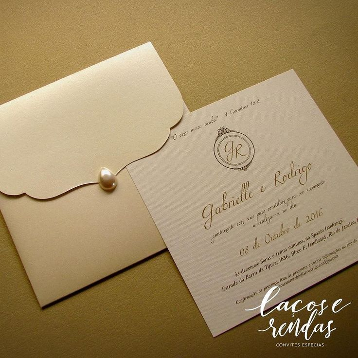 O convite pérola da @lacoserendasconvites é clássico e incrivelmente romântico! Cada detalhe combinando com os noivos e o estilo do casamento. . Orçamento  Whatsapp: (47) 9995-3559  ou e-mail: contato@lacoserendasconvites.com  Eles entregam em todo Brasil!