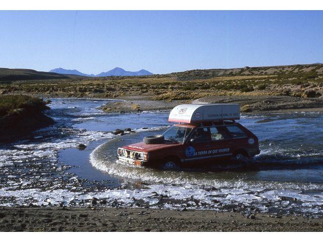 Altiplano Chileno de Arica, 4.000 metros sobre el nivel del mar, Cruzando el Rio Lauca semi congelado en 1982 con nuestro primer Subaru 4WD, vehiculo que se transformaria en un icono del programa de Televisión Nacional de Chile