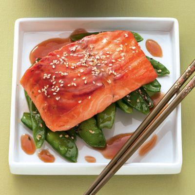 Typisch japanisch. Der Lachs zieht in einer Marinade aus Honig und Sojasauce bevor er sanft im Ofen gegart wird.