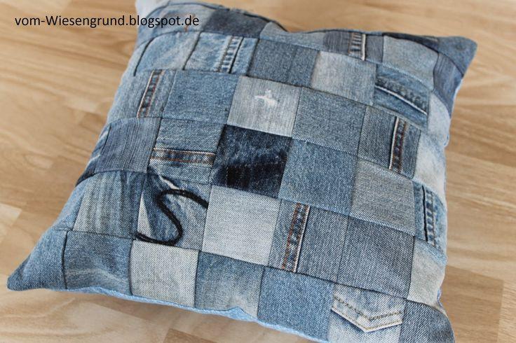 Ein zweites Leben für abgelegte Jeans: auch die ganz kleinen Stücke können zu solch einem Upcycling Patchwork Kissen aus Jeans verarbeitet werden. Viele Jeans-Quadrate sammeln und zusammennähen.