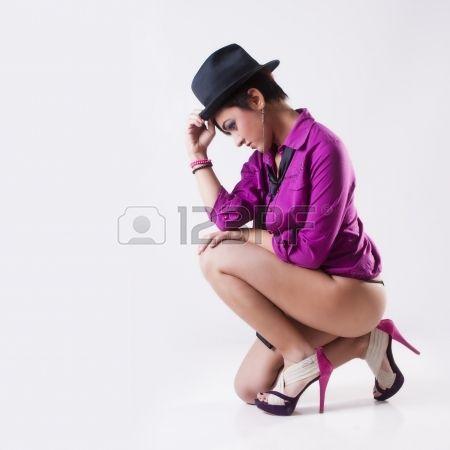 #adulto #accattivante #sfondo #bellissima #bellezza #nero #corpo #stivali #ragazza mora #caucasica #abiti #carino #abito #eleganza #elegante #sera #moda #femmina #ragazza #capelli #felice #cappello #caldo #isolato #dama #gambe #truccarsi #modella #persone #persona #posa #sensuale #scarpe #acquisti #sedere #sorriso #stile #bianco #donna #giovani