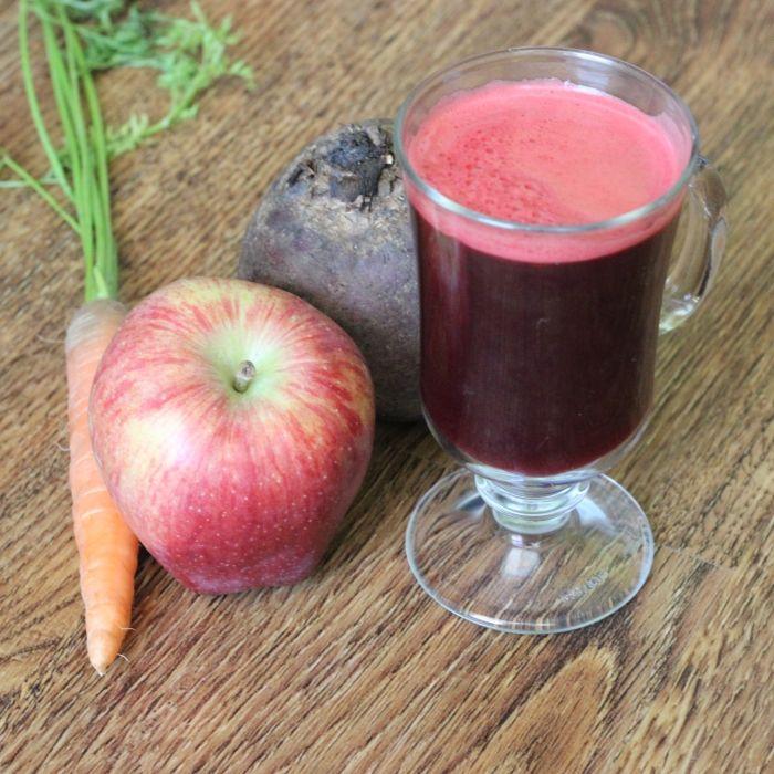 Řepno-jablečný fresh je dnes modním hitem a to je velmi dobře. Nejenže vás pročistí, ale dodá i spoustu vitamínů. Je vynikající i chlazený, kdy vás v letních měsících osvěžení. Fajne jidlo přeje chutný den :)