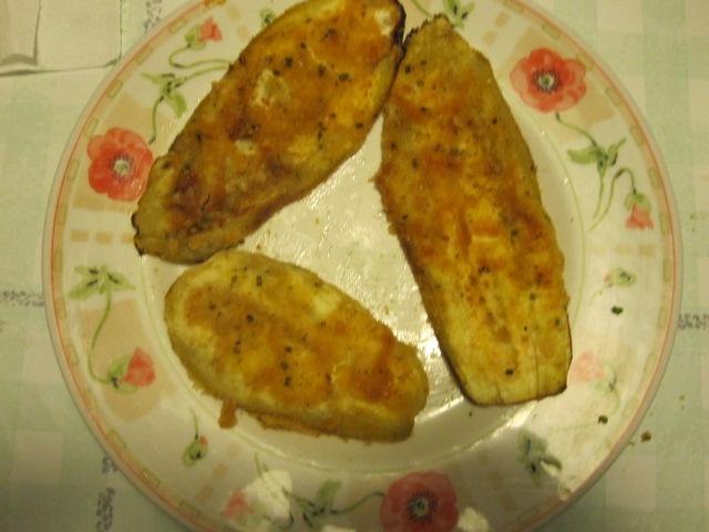 Berinjela assada à milanesa, com óregano, extrato de tomate e queijo por cima (vegana)