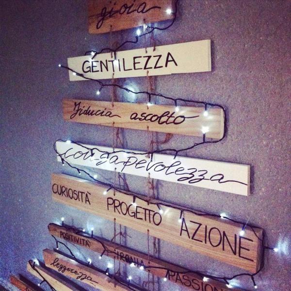 <p>Legno di scarto, spago e parole belle condivise. Il nostro albero di Natale a costo zero</p>
