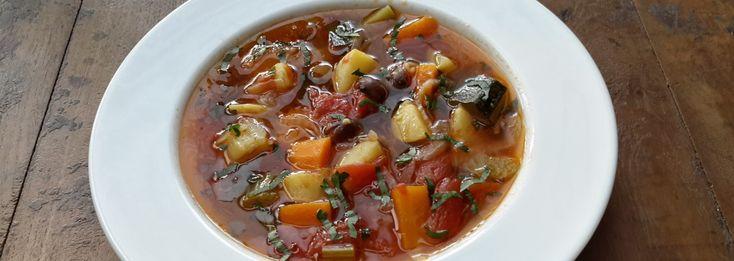 De allerlekkerste Minestrone (groentesoep). Er zijn van die momenten dat de geur van een gerecht fijne herinneringen naar boven haalt. Voor mij is dat deze minestrone, met een heel bijzonder ingrediënt.