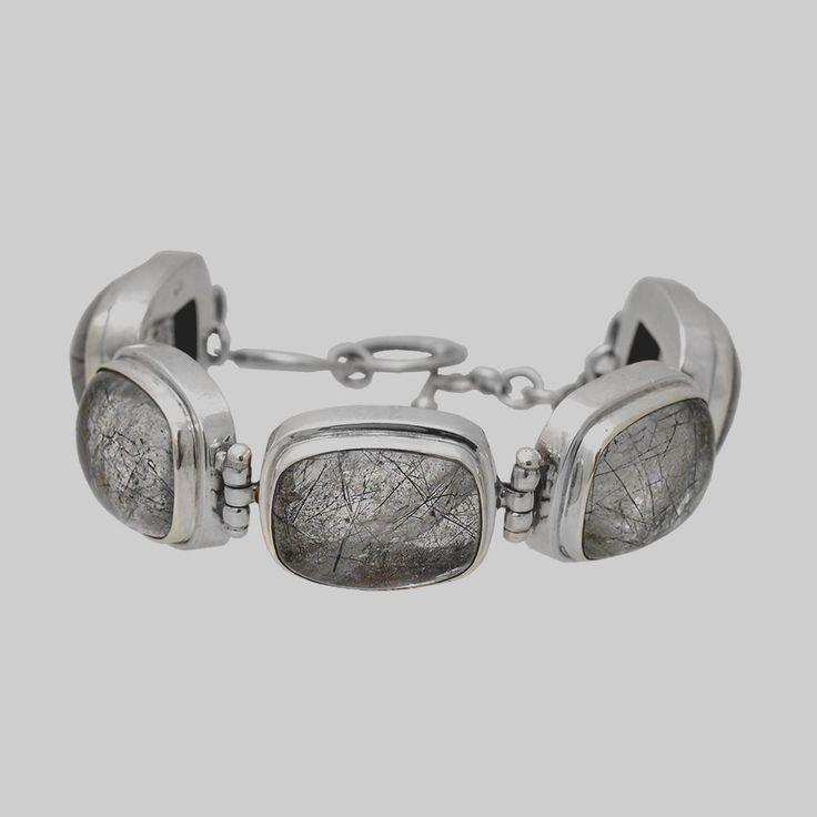 Brățară din argint realizată cu pietre de cuarț cu incluziuni de turmalin finisate caboșon.