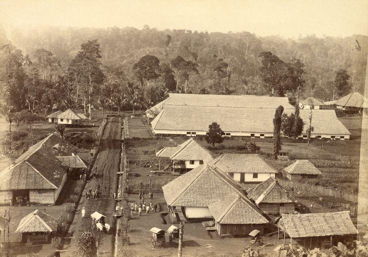 1897: Komplek perumahan kuli/buruh petani di perkebunan tembakau Deli. Juru foto: J, Willem Schut, dari Medan.