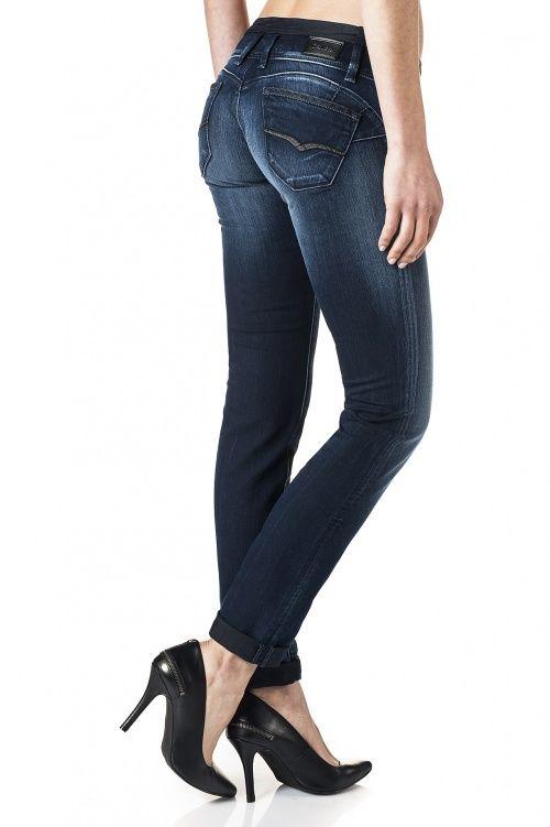 Les Push-Up de Salsa sont le numéro un du push-up jeans sur le marché avec l'effet push-up le plus prononcé, mis en valeur par le design des poches arrières.  Le modéle a un assortiment de délavages et de coupes pour une sensualité et un confort exemplaires, tout en maintenant sa taille basse.  Disponible en jambe juste, droit et bootcut. Pour l'effet push-up ces jeans doivent être portés très serrés.