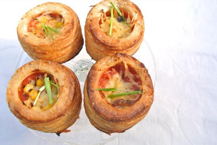 Met deze pizza pasteitjes kun je alle kanten op. Je kunt allerlei ingrediënten naar keuze gebruiken zoals, ui, tomaat, courgette, aubergine, salami of mozzarella. In plaats van een pizzabodem gebruiken we bladerdeeg pasteitjes, hierdoor staan de pizza pasteitjes al snel in de oven. Tijd: 15 min. + circa 25 min. in de oven Recept voor...Lees Meer »