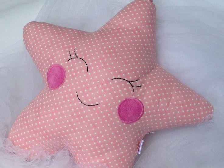 Almofada estrela feita em tecido 100% algodão, ideal para compor a decoração do quarto do seu bebê!    Medida: 30 cm de altura aproximadamente
