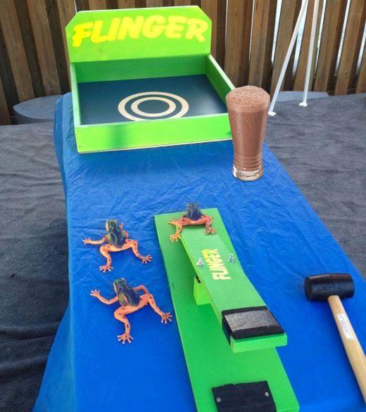 ¡Haz que tus hijos se diviertan con este juego! El que lance la rana de manera correcta se gana el vaso más grande de Choco MIlk®.