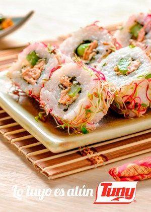 Receta saludable con menos de 400 calorías ¡Tienes que probarla! Sushi de atún, apio, jicama y chiles toreados. Encuentra aquí esta y otras recetas.